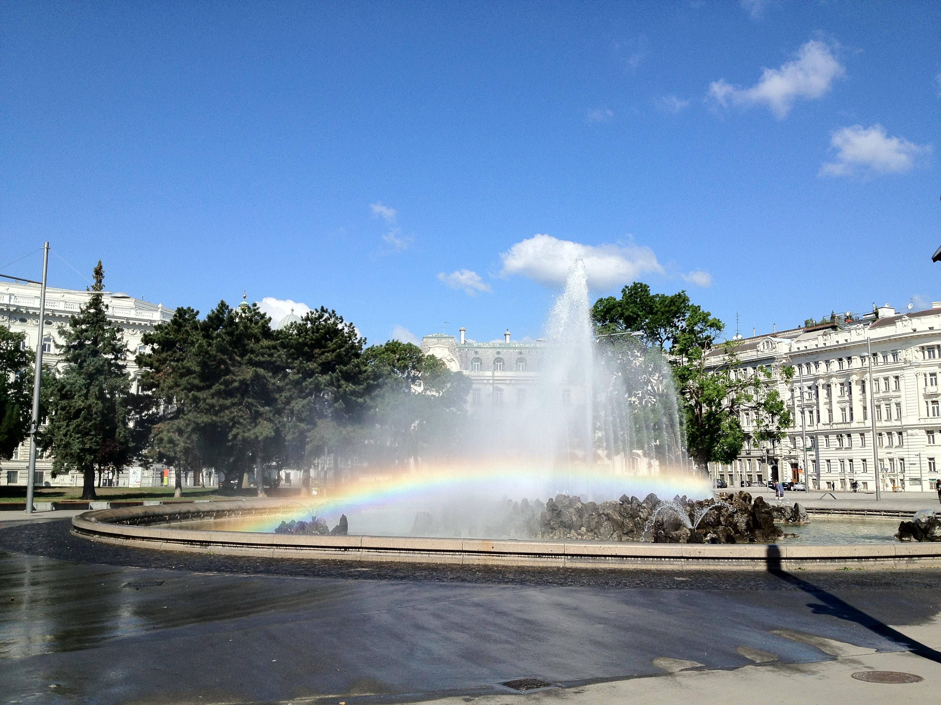 Regenbogen und blauer Himmel