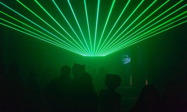 Warum ist der Laserstrahl so schmal und gerade?