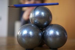 Bleistift balanciert auf Kugeln