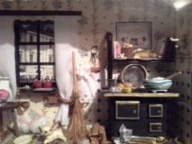 """Dieses Foto entstand von einem so genannten """"Ding-Bild"""" (Kasten-Bild), das meine Mutter vor vielen Jahren selbst gebastelt hat., Dargestellt ist die ehemalige Stube meiner Urgroßmutter. Das bedeutet, dass in dem Haus, in dem ich heute wohne, irgendwann einmal solch ein alter Ofen gestanden ist."""