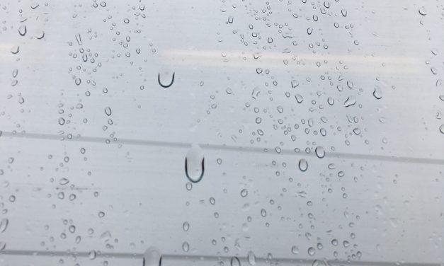Wasser an der Fensterscheibe